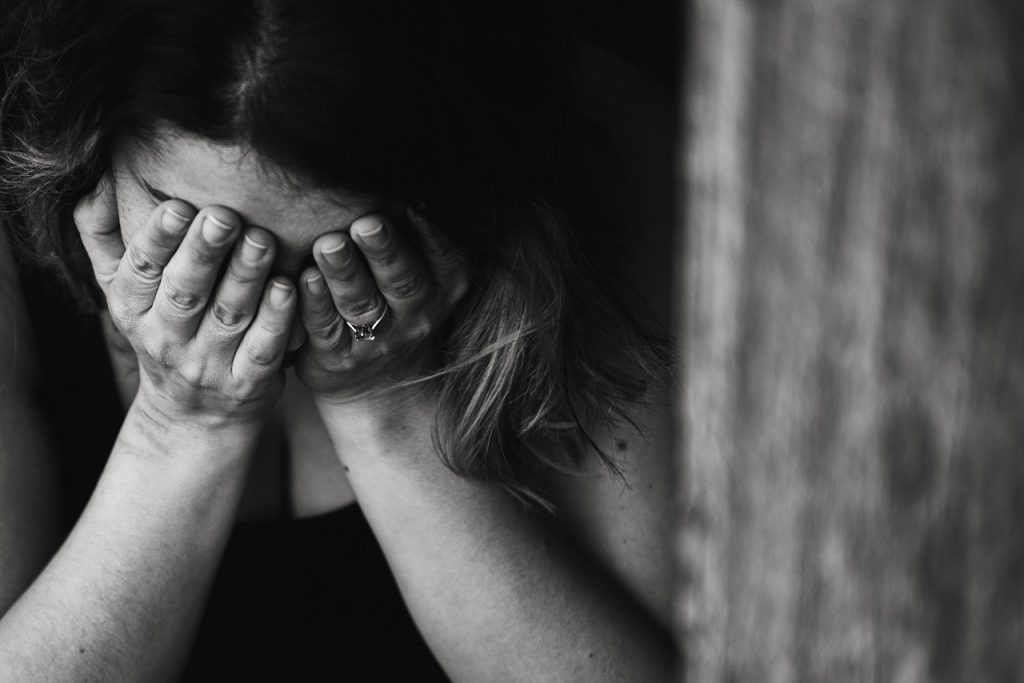 Kobieta cierpiąca z powodu bólu