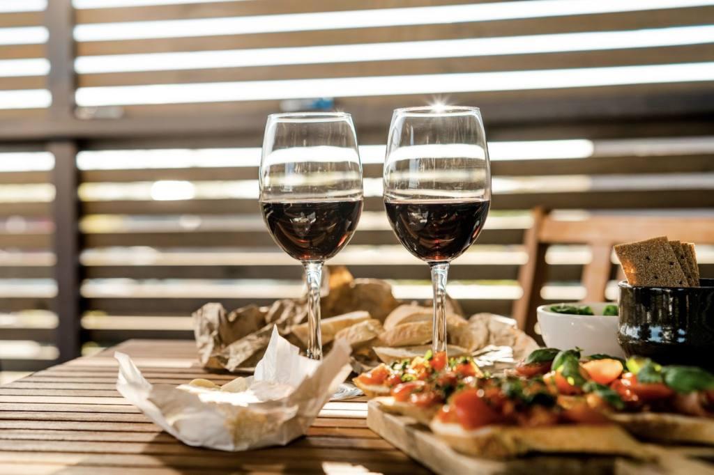wino i przekąski
